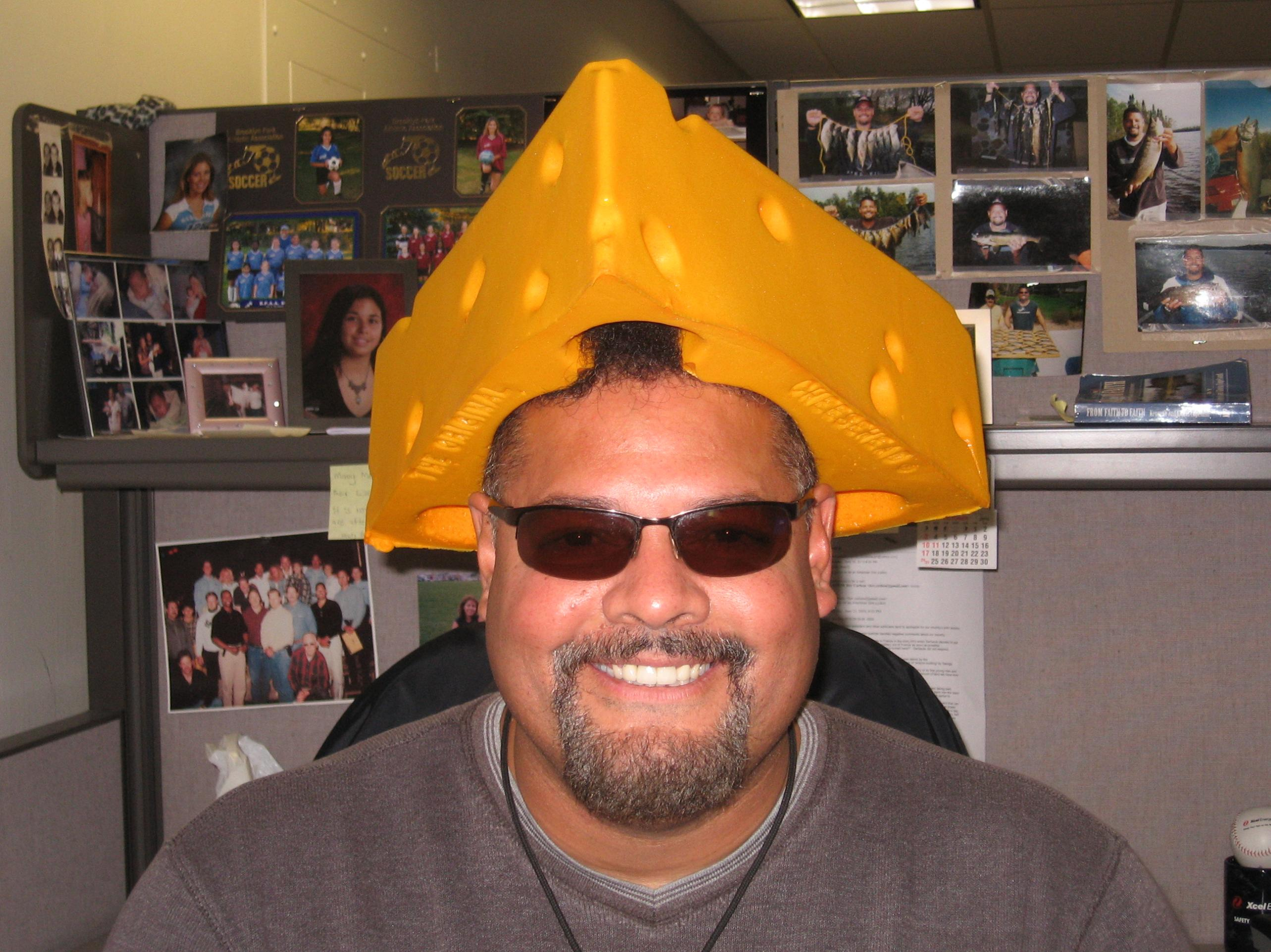 cheesehead dating Me, wearing a cheesehead while eating cheese eloise kirn i recently engaged in a little tinder experiment: i wore a cheesehead in all of the pictures i uploaded to the dating app.