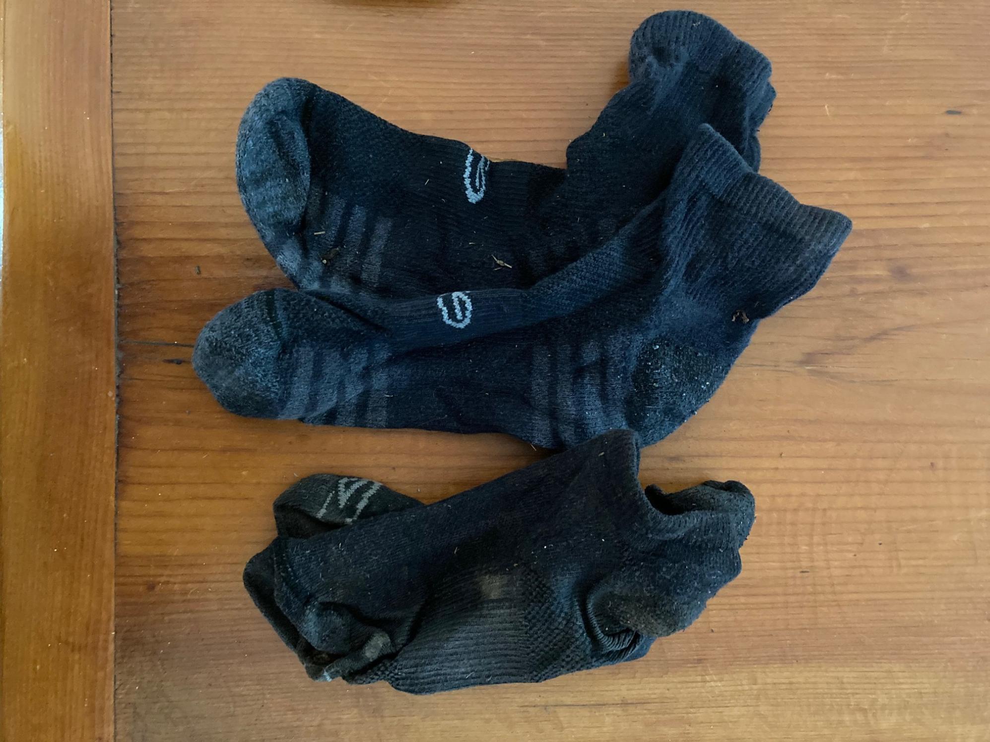 2 Pr black socks